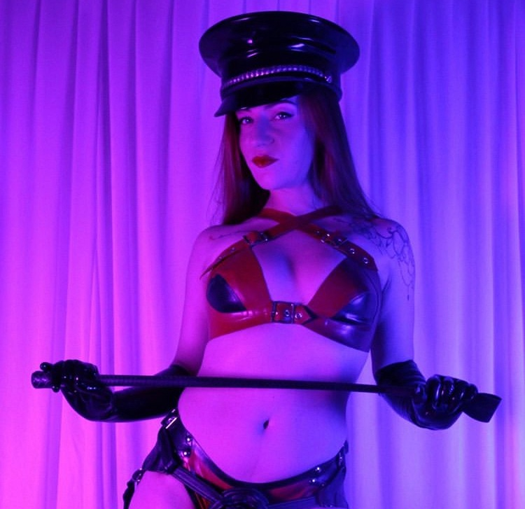 A skilled Dominatrix and Fetishist seeking for a serious slave Dom & Fetish