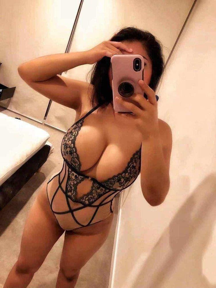 In/Out Sexy Young Girl👅Come And Have Great time