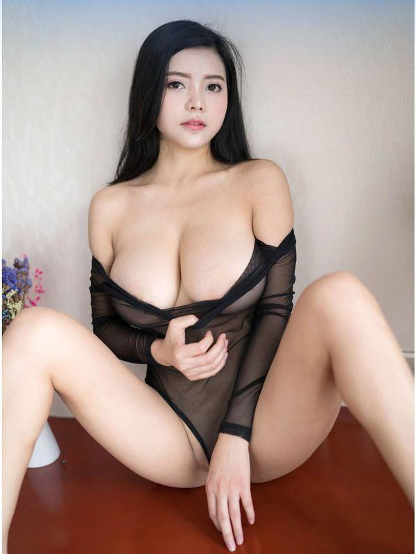 AilPretty Girl With Busty Beauties