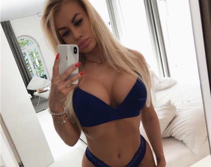 Hot blonde in town Anaiss